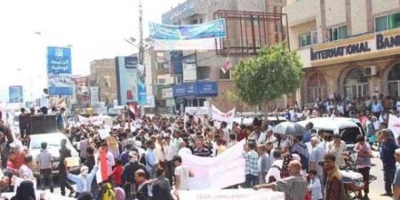 أول تحرك شعبي للإطاحة برئيس الحكومة معين عبدالملك .. ومظاهرات غاضبة وبيان ناري