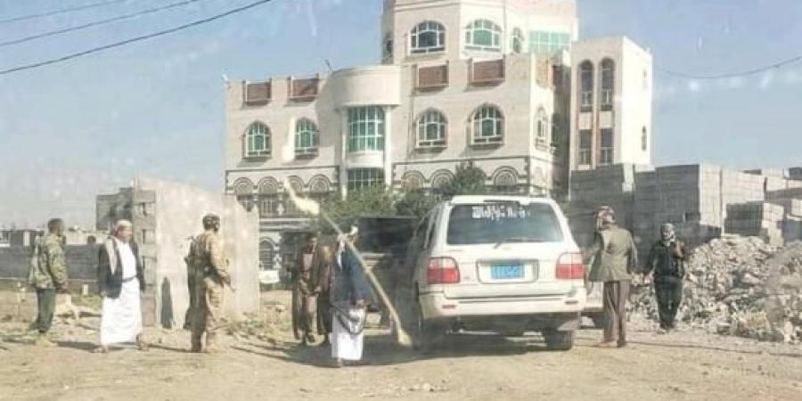 تمهيدا لاعتقاله ومحاكمته .. الحوثيون يطوقوا منزل ضابط في الحرس الجمهوري بسنحان (صور)