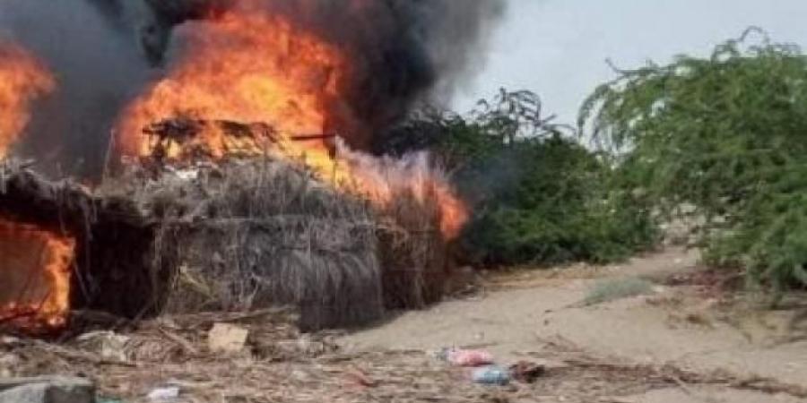 حريق هائل يلتهم مخيمًا للنازحين واحتراق منازل مواطنين في الحديدة