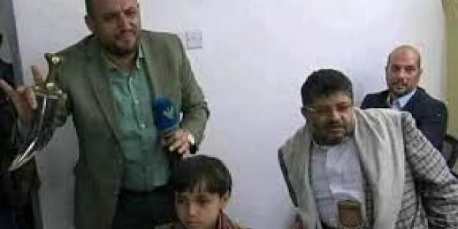 """""""الحوثي"""" يتبرع بجنبية جديدة لطباعة الكتاب المدرسي بعد فضيحة وزارة التربية والتعليم بصنعاء"""