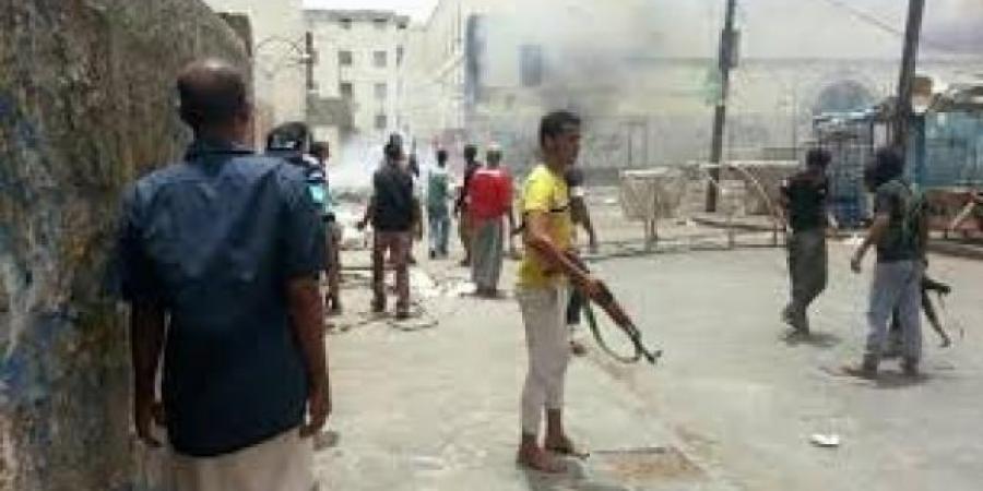 اقتحام منزل مواطن في عدن وإطلاق النار عليه وسط أسرته (فيديو)