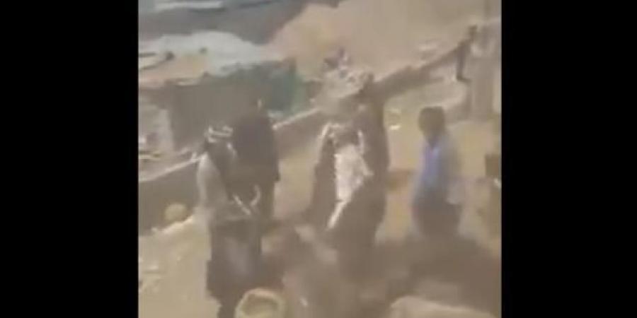 شاهد بالفيديو .. قيادي حوثي يعتدي على أحد ابناء قبيلة بني حشيش بصنعاء ويثير غضب القبيلة
