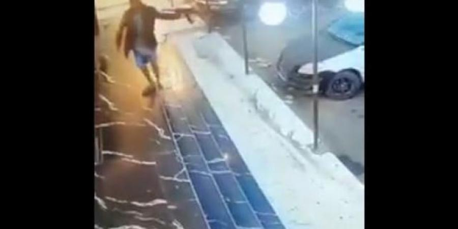 """شاهد بالفيديو .. قيادي حوثي يقتل شخصين ويصيب ثلاثة آخرين بصنعاء ويدخل الفندق """"لمضغ القات"""""""