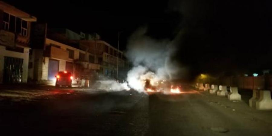 الوضع يخرج عن السيطرة.. قطع الطرقات وتصاعد النيران من عدة شوارع في العاصمة اليمنية الآن (صورة)