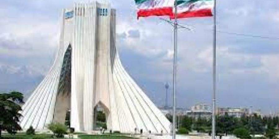 شاهد... إيران تزيح الستار عن تمثال ضخم لأحد القيادات الحوثية البارزة .. وأين سيتم عرضه؟..
