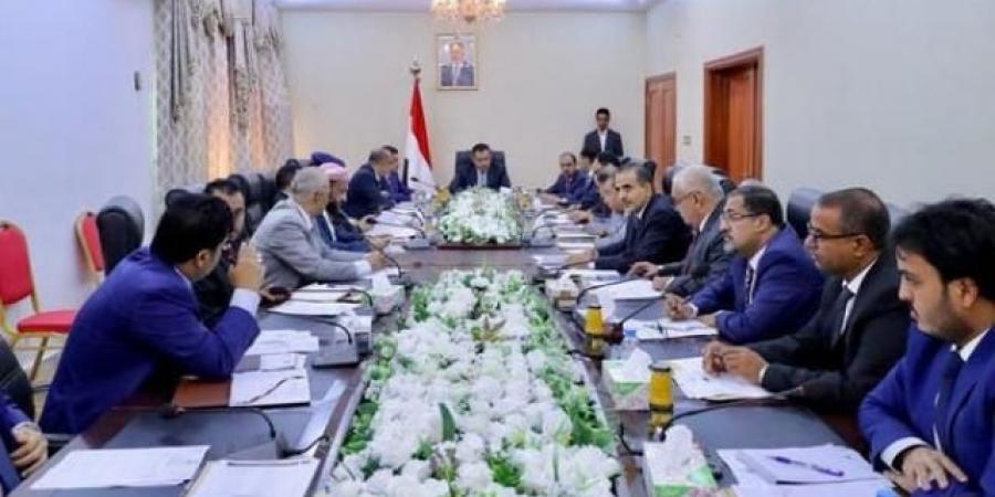 وزير سابق يكشف عن صفقة فساد لصالح رئيس الوزراء معين عبدالملك بأكثر من 100 مليون دولار