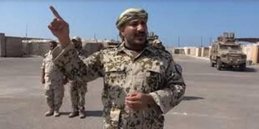 طارق صالح يوجه رسالة للحوثي من ميناء المخاء .. بعد استهدافه بـ4 صواريخ حوثية
