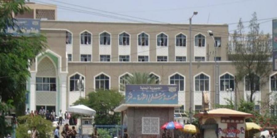 طبيب يمني يتعرض للضرب أمام بوابة المستشفى