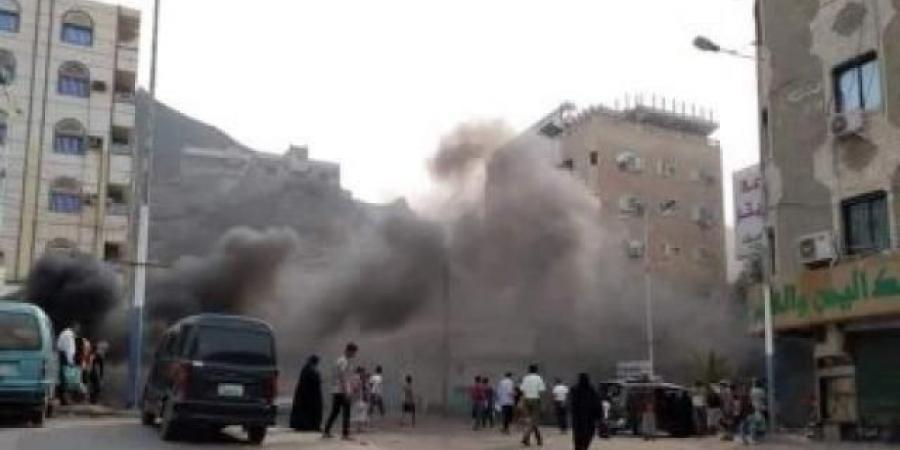 بالصور... محتجون يشعلون مداخل مديرية كريتر بعدن والإنتقالي يرد بالرصاص الحي