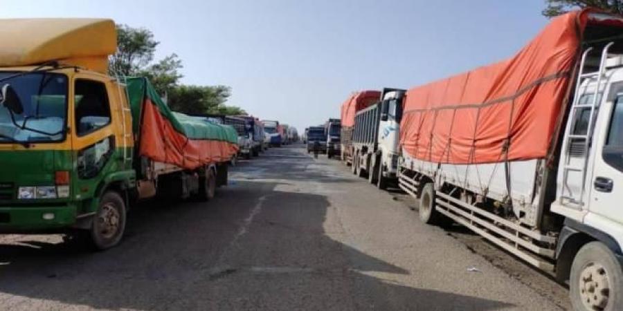 شرطة تعز تصدر أول بيان حاسم بشأن إضراب سائقي الشاحنات أمام شريانها الوحيد
