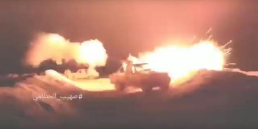 """شاهد اللحظات الأولى لسيطرة الجيش على جميع المواقع المطلة على مركز مديرية حريب ومعارك تحرق الأرض """"فيديو"""""""