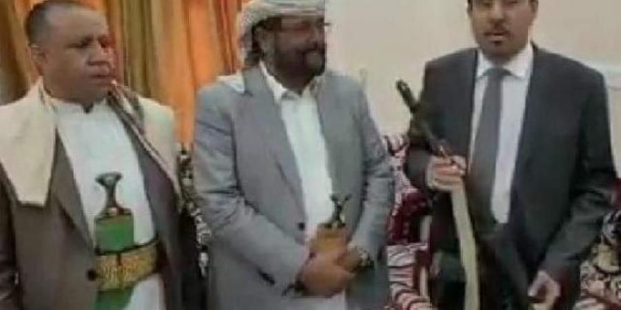 """وزير في الحكومة اليمنية يهدي """"العرادة"""" """"بندقية مقاومة عدن"""""""
