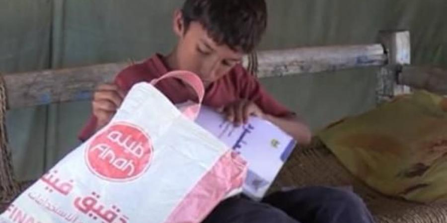 أكياس الدقيق الفارغة حقائب مدرسية للطلاب في اليمن
